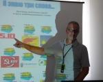 Krzysztof Trusz omawia infografikę przygotowaną przez uczestników
